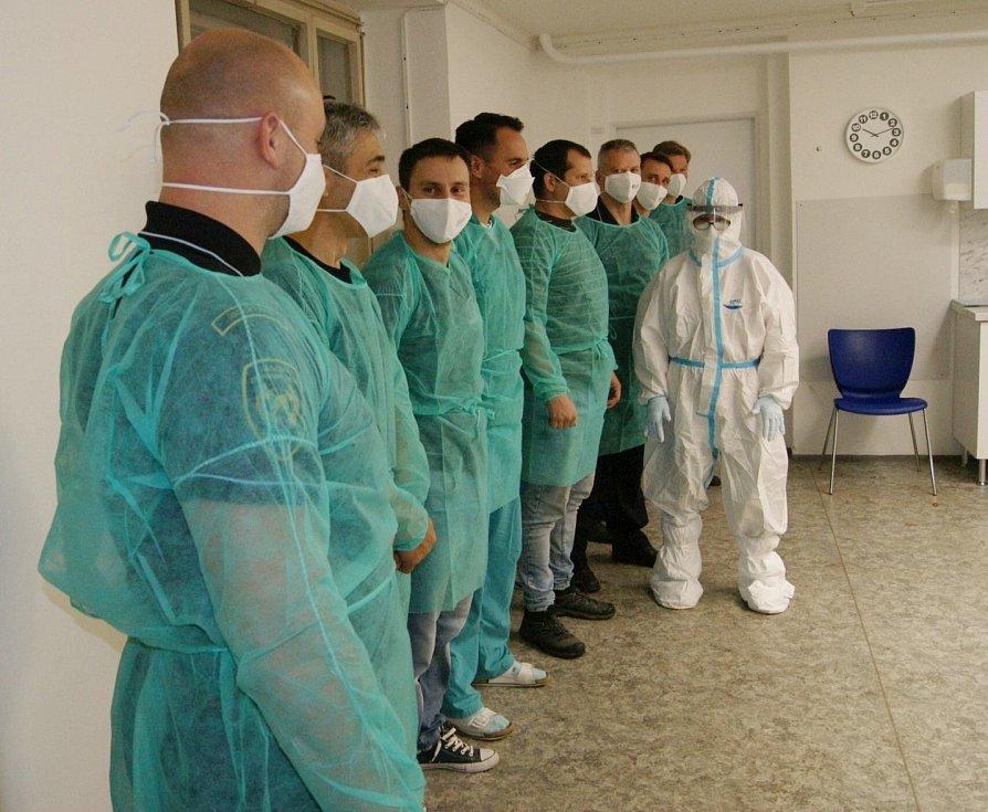 Skupina krajských hasičů se školila na odběr vzorků na testy na koronavirus. Někteří pomůžou v mosteckém Domově Alzheimer v Mostě.