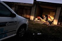 Reportéři Deníku hlídají garáže v Komořanech.
