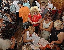 Lidé hledají práci při 1. burze práce v Mostě,