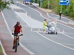 Na silnici v ulicích Rudolická a Chomutovská vznikl první mostecký cyklopruh. Cyklisté jsou v Mostě v menšině a na ulicích nejsou moc vidět. Čekání na tento snímek trvalo skoro hodinu.