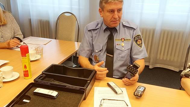 Velitel městské policie Zdeněk Urban představuje nový detektor plynů.