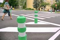 Chodce v mostecké ulici Františka Halase mají chránit nové plastové sloupky