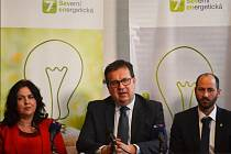 Ministr Jan Mládek na tiskové konferenci, vpravo primátor Mostu Jan Paparega, vlevo ústecká primátorka Věra Nechybová.