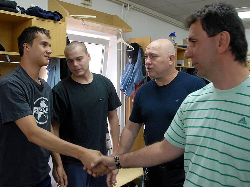 Jiří Kučera je představován hráčům. Na snímku také Jaroslav Hübl, Karel Kubát a přihlíží Stříteský.