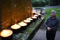 Mikula Németh se modlí na mosteckém hřbitově.