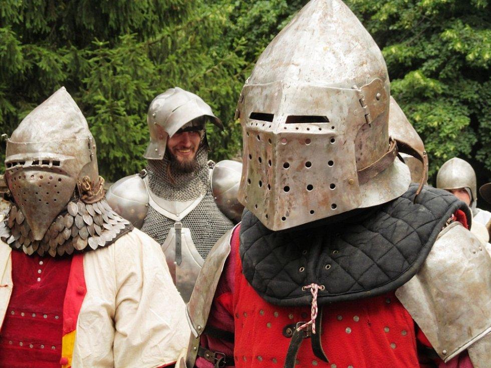 V Horním Jiřetíně se konala tradiční pouť. Její součástí byla i historická bitva. Dobří bojovali proti Zlým.