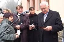 Prezident rozdává autogramy.