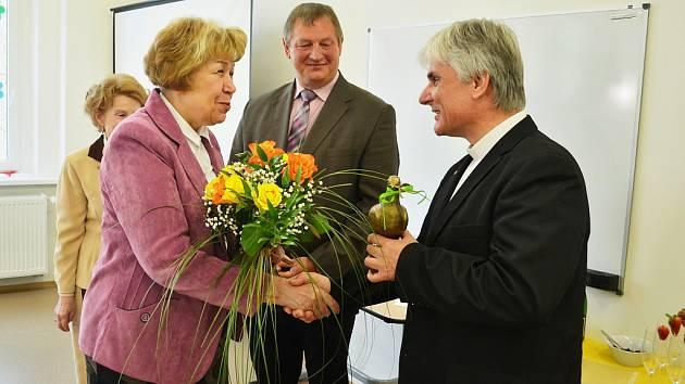 Ředitel TV Noe Leoš Ryška přebírá v Litvínově Zlatou holubici míru.