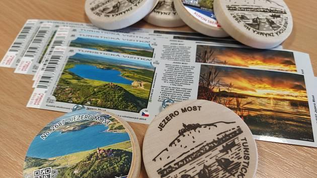 Jezero Most najdete na turistické známce i vizitce.