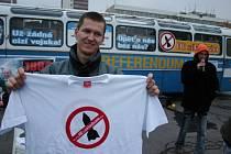 Petr Glivický nabízí trička při happeningu.