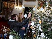 Skupina budoucích aranžérek ze Střední odborné školy v Litvínově – Hamru ozdobila dva vánoční stromky v kostele sv. Michaela Archanděla v Litvínově.