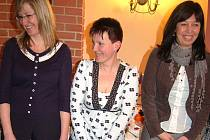 Božena Kafková z Lomu (uprostřed) byla oceněna jako nejlepší účastnice projektu Restart snižující nezaměstnanost.