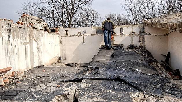 Redaktor Mosteckého deníku při prohlídce areálu garáží v Komořanech.