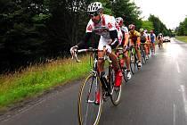 Cyklisté právě zdolávají kilometry v pořadí již desátého závodu Severočeské amatérské ligy.