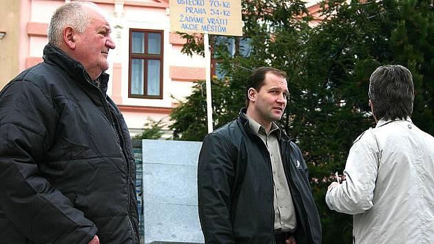 Několik lidí přišlo na litvínovské náměstí protestovat proti ceně vody. Podpořit je přišel i hokejista a místní zastupitel Jiří Šlégr.