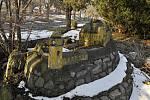 Zchátralá maketa hradu v areálu bývalých kasáren v Mostě