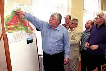 Lomští zastupitelé sledují na mapě plán rekultivací v okolí.