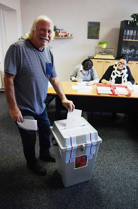 Zahájení voleb v horské obci Brandov na Mostecku. Jako první volí Julius Schlezák.