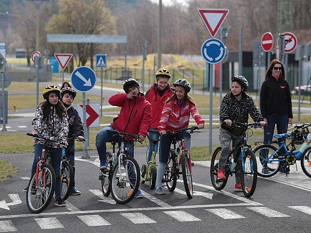 Děti z dětského domova na mosteckém autodromu.