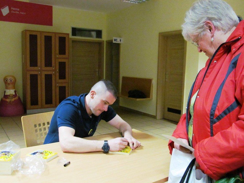 Jakub Petružálek se na závěr podepisoval na speciální karty.