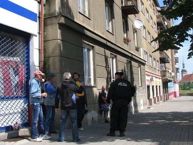 """Strážníci kontrolují zákaz požívání alkoholu v Mostě u """"stovky""""."""