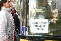 Lidé nastupují předními dveřmi do autobusu v centru Litvínova.