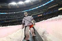Takhle kráčel gólman NY Rangers Henrik Lundqvist na jeden z venkovních zápasů Stadium Series. Podobně může napochodovat Pavel Francouz na Stínadla.