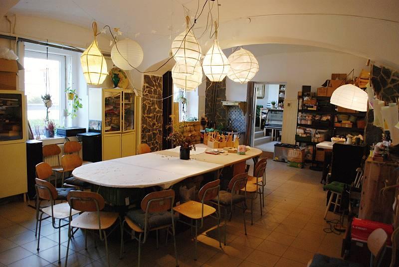 Mostecká dílna Woodmaid, která vzdělává školy a veřejnost v oblasti řemesel, sídlí v ulici Kostelní v Mostě. Zakladatelkou dílny je Blanka Techlovská.