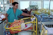 Staniční sestra Petra Bláhová předvádí jednu z nových postýlek