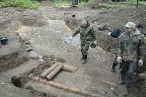 Archeologický výzkum v mosteckém parku Šibeník odhaluje pozůstatky protileteckého dělostřelectva, které tu měli za války nacisté kvůli obraně své chemičky u nedalekého Litvínova.