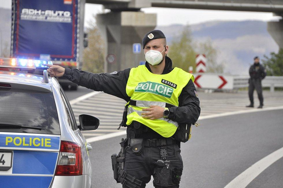 Policie uzavřela ve středu 5. května příjezdové cesty k chemičce v Záluží, kde byl oznámen nález letecké pumy. Zastavila se i MHD kolem závodu. Tramvaje uvízly v Souši.