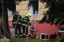 Zásah hasičů v ulici J. Skupy v Mostě, kde hořel přízemní byt.