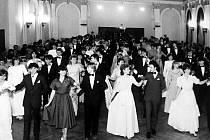 Taneční nabízí eleganci a zábavu. Zavzpomínejte s námi, jak to probíhalo za vás.