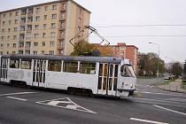 Tramvaj míjí křižovatku ulic Budovatelů a Zdeňka Štěpánka v Mostě. Právě na tomto místě by mohly v budoucnu tramvaje zatáčet a jezdit k horním panelákovým sídlištím u Kahanu a dál k nádraží.