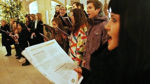 Česko zpívá koledy v děkanském kostele v Mostě v roce 2013.