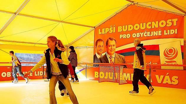 ČSSD vztyčila u Prioru v rámci své kampaně žlutý stan, který skrývá arénu pro bezplatné bruslení.