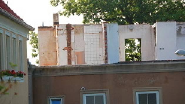 Dům po požáru. Střecha i podkroví se muselo odstranit.
