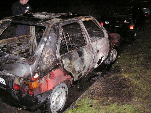 Shořelý vůz značky Škoda Favorit, který neznámý žhář zapálil v ulici Tyršova v Mostě.