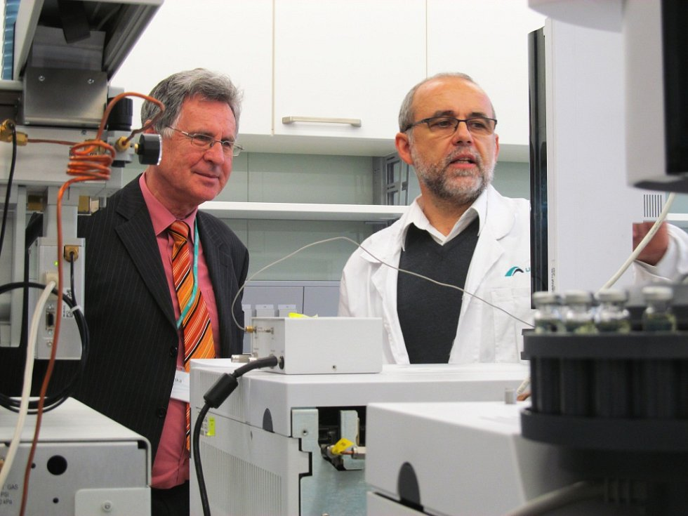 Laboratoře si přišel prohlédnout i starosta Meziboří Petr Červenka.