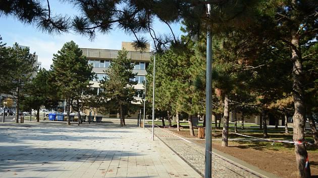 Park mezi radnicí, Repre, hotelem a divadlem v Mostě