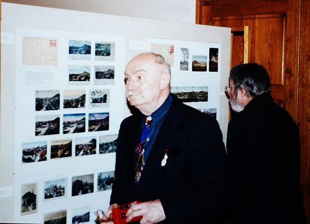 Engelbert Laxa, mostecký patriot a zakladatel Klubu za starý a nový Most, na výstavě vmosteckém muzeu vroce 2000.Archiv: BH