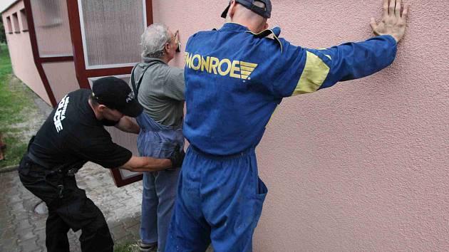 Strážníci zadrželi dva chmatáky pomocí psovoda