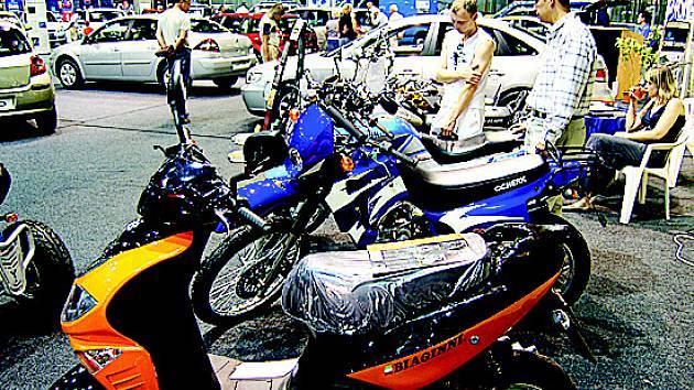 Vystavované motorky na autosalonu v Mostě.