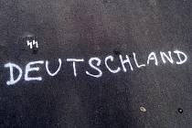 Nápis, který se loni objevil na chodníku v ulici Jana Palacha v Mostě.