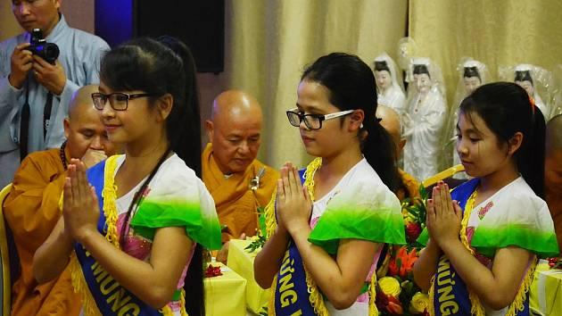 V mosteckém buddhistickém chrámu u fotbalového stadionu oslavila vietnamská komunita svátek Vu Lan bao hieu.
