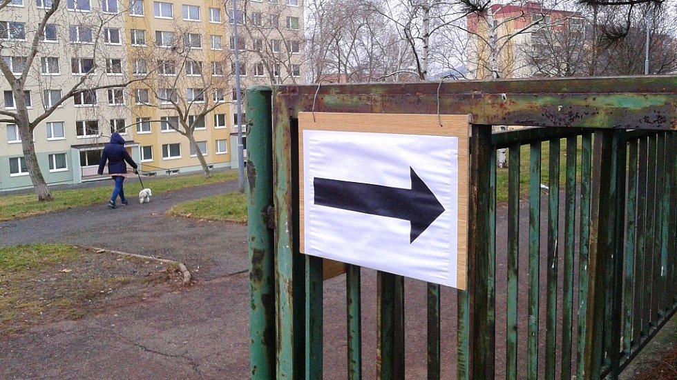 V Šestistovkách, na jednom z největších panelákových sídlišť na Mostecku, se volební účast pohybuje kolem čtyřiceti procent. V sobotu v devět hodin ráno panoval ve volebních místnostech klid. Nápor voličů byl největší v pátek.