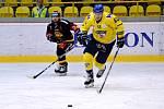 Generálka na novou extraligovou sezonu skončila výhrou Litvínova (v černém) 2:1.