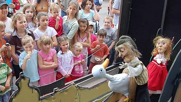 Herci Divadla rozmanitostí Jitka Raková a Pavel Zikmund zahráli v centru Mostu představení Jak chodil Kuba za Markytkou.