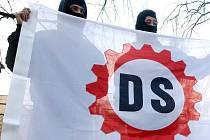 Vlajka zakázané dělnické strany.
