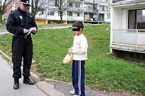 Strážník kontroluje chlapce, zda není za školou.